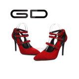 La hebilla material del ante superior rojo bombea los zapatos para la alineada de boda