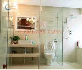 Badezimmer und gebogenes ausgeglichenes Glas,