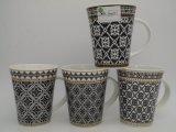 Tazza di caffè di ceramica con la grande mano