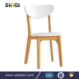 現代喫茶店の椅子および表の喫茶店の表および椅子。 控室の椅子は使用した