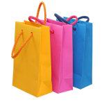 Modificar el bolso de compras para requisitos particulares de papel de la ropa con la insignia impresa