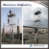Echafaudage de construction d'aluminium usagé avec escalier