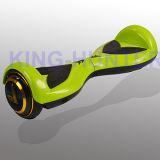 電気スクーターのバランスのバランスをとっている小型スマートな自己