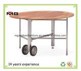 """Открытый ресторан """"за круглым столом обставлены мебелью из тикового дерева столиком с металлической опоры"""