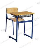 Silla de bebé y silla de estudiante de la escuela primaria y escritorio