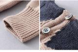 編まれたかぎ針編みのセーターの冬は女の子のための衣服をからかう