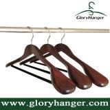 木製のビロード棒が付いている贅沢な木のスーツのハンガー