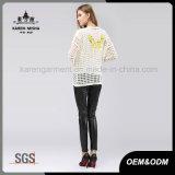 後輩のための蝶によって模造される長い袖の白いコートのセーター