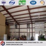 Gruppo di lavoro chiaro prefabbricato della struttura d'acciaio con l'ufficio