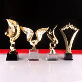 El trofeo cristalino del nuevo metal del diseño con insignia de encargo graba (KS04143)