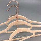 Il velluto di rame di plastica si è affollato il gancio della camicia del gancio di vestiti
