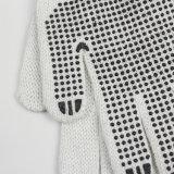 면에 의하여 뜨개질을 한 장갑이 단 하나 옆 검정 PVC에 의하여 점을 찍는다
