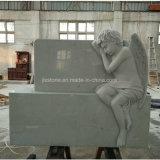 白い大理石の天使の保有物の中心の墓碑