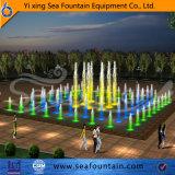 Дети самомоднейшей конструкции играя фонтан пола