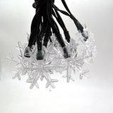 党、芝生および庭のための太陽動力を与えられた雪片のクリスマス装飾的なストリングライト