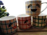 Una tazza di ceramica dalla 11 oncia con il reticolo sveglio