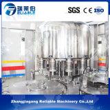 Agua mineral de la máquina de llenado de botellas de plástico