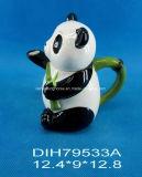 Teiera di ceramica dipinta a mano con il disegno del panda