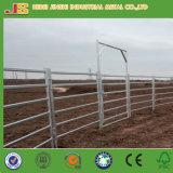 緑の粉の上塗を施してある金属の家畜はパネルの馬の塀のパネルの牛ヤードを囲う