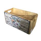 Caja de almacenamiento de madera de estilo rústico con piezas metálicas.