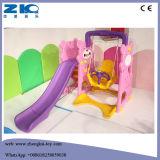 En el interior de plástico de seguridad de colores deslizarse con columpio infantil