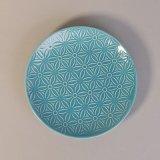 L'azzurro del diametro 19cm ha lustrato intorno ai piattini di ceramica dei piatti con il disegno del fiore