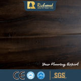 La cannelure d'U Graver en relief-dans-Enregistrent le plancher en bois stratifié
