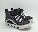 Отрезок максимума джинсыов хорошего качества ботинок вулканизированных мальчиками