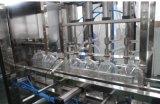 Grande machine recouvrante remplissante de l'eau de bouteille