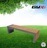 庭の新しい庭のベンチ