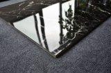 幸せで光沢度の高い床の黒い磁器のタイルをきれいにしなさい