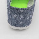 印刷された花が付いている注入の女性の偶然靴