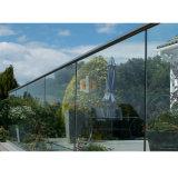 """Inferriata di vetro della scanalatura a """"u"""" della rete fissa del terrazzo del pianterreno della Camera della villa"""
