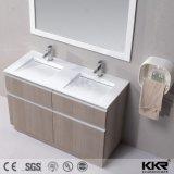 La pared usada hotel colgó los lavabos de la vanidad del cuarto de baño con la cabina