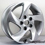 表面磨かれたフォード車は15インチ合金の車輪に縁を付ける