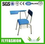 Étudiante en salle de classe chaise en bois avec tampon Wirting