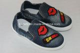 Chaussures de toile des enfants avec la belle décoration