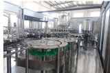 Completare la piccola acqua minerale bevente in bottiglia che riempie contrassegnando lo spostamento della linea di produzione