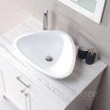 Diseño simple sobre el lavabo contrario del cuarto de baño