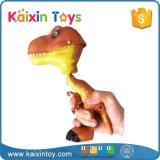熱い販売動物はグリッパーを持つプラスチック恐竜をもてあそぶ