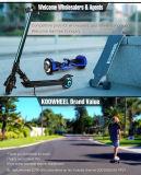 Individu équilibrant le scooter de moteur électrique plié de mobilité