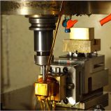 Uma máquina de EDM um eletrodo de fixação de cobre para fazer do Molde