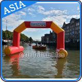 Arrivo gonfiabile chiuso ermeticamente che galleggia sull'arco dell'acqua per gli eventi di sport dell'acqua