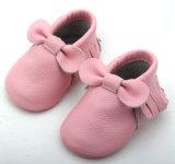 O bebé calçado de couro macio Moccasins Bebé