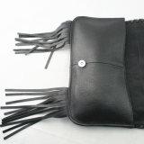 女性の黒の革によって縁を付けられるクラッチのハンド・バッグ