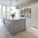 家によって使用される純木の食器棚の現代白い食料貯蔵室