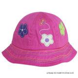 모자 아기 모자가 아이들 야구 모자에 의하여 농담을 한다