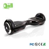 Las manos liberan a uno mismo elegante de dos ruedas que balancea la vespa eléctrica de la movilidad para los cabritos