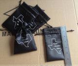 黒いストリングが付いている黒いサテンのギフト袋