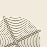 El precio bajo una malla metálica con rejilla de alambre recubierto de polvo